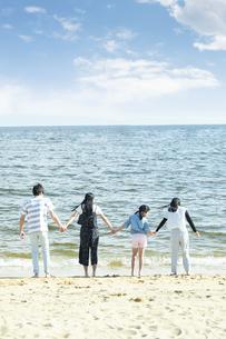 手を繋いで立つ家族の写真素材 [FYI04317302]