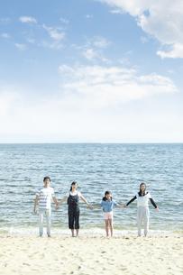 手を繋いで立つ家族の写真素材 [FYI04317304]