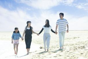 手を繋いで歩く家族の写真素材 [FYI04317307]
