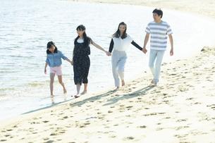 手を繋いで歩く家族の写真素材 [FYI04317308]