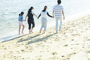 手を繋いで歩く家族の写真素材 [FYI04317309]