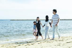 手を繋いで歩く家族の写真素材 [FYI04317310]