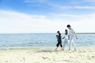 手を繋いで歩く家族の写真素材 [FYI04317311]
