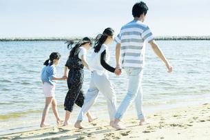 手を繋いで歩く家族の写真素材 [FYI04317312]