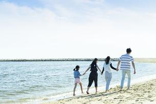 手を繋いで歩く家族の写真素材 [FYI04317313]