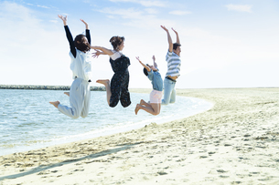 ジャンプする家族の写真素材 [FYI04317314]