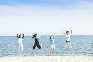 ジャンプする家族の写真素材 [FYI04317315]