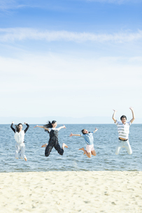 ジャンプする家族の写真素材 [FYI04317316]