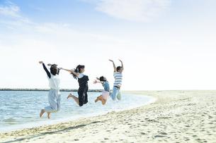 ジャンプする家族の写真素材 [FYI04317317]