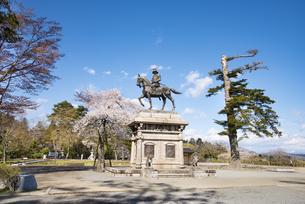 伊達政宗騎馬像と桜の写真素材 [FYI04317356]