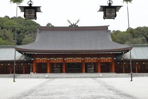 11月 秋の橿原神宮拝殿の写真素材 [FYI04317437]