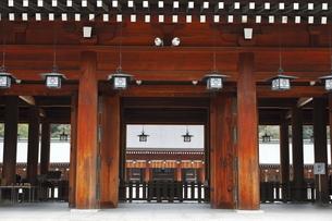 11月 秋の橿原神宮拝殿の写真素材 [FYI04317439]