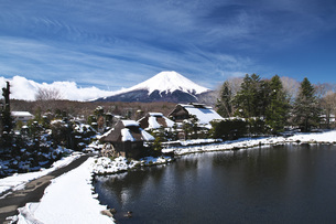忍野八海と富士山と雪の写真素材 [FYI04317502]
