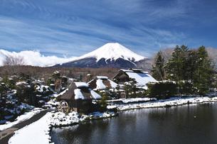 忍野八海と富士山と雪の写真素材 [FYI04317503]