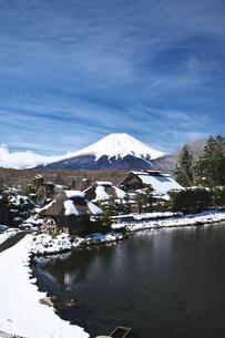 忍野八海と富士山と雪の写真素材 [FYI04317504]