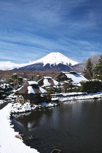 忍野八海と富士山と雪の写真素材 [FYI04317507]