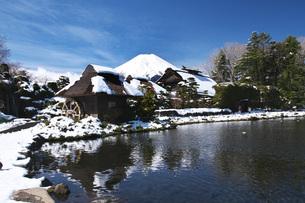 忍野八海と富士山と雪の写真素材 [FYI04317508]