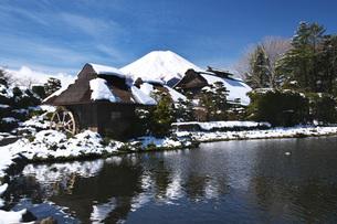 忍野八海と富士山と雪の写真素材 [FYI04317509]