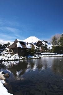 忍野八海と富士山と雪の写真素材 [FYI04317510]