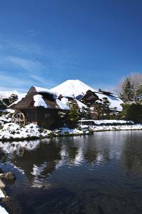 忍野八海と富士山と雪の写真素材 [FYI04317511]