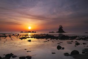 雨晴海岸の日の出と立山連峰の写真素材 [FYI04317532]