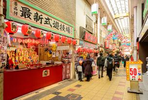大阪 新世界 ジャンジャン横丁の町並みの写真素材 [FYI04317567]