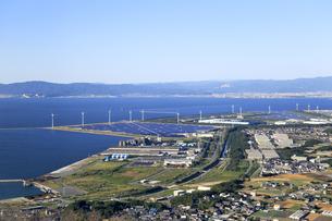 たはらソーラー・ウインド発電所と三河湾の写真素材 [FYI04317598]