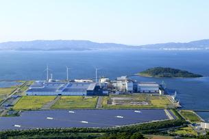 たはらソーラー・ウインド発電所と三河湾の写真素材 [FYI04317606]
