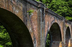 新緑に囲まれた碓氷第三橋梁の写真素材 [FYI04317642]