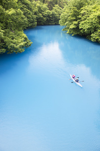 コバルトブルーの四万川を進むカヌーの写真素材 [FYI04317726]