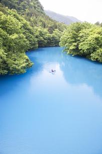 コバルトブルーの四万川を進むカヌーの写真素材 [FYI04317727]
