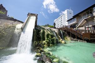 日本三名泉である草津温泉の中心に座す湯畑の写真素材 [FYI04317767]