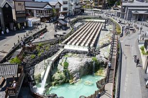 日本三名泉である草津温泉の中心に座す湯畑の写真素材 [FYI04317787]