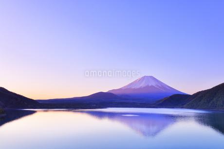 朝焼けの富士山と本栖湖に逆さ富士の写真素材 [FYI04317977]