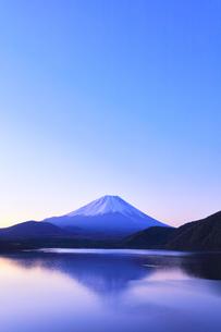 朝の富士山と本栖湖に逆さ富士の写真素材 [FYI04317981]