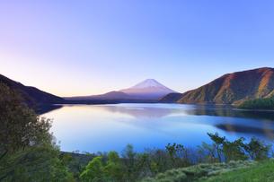朝焼けの富士山と本栖湖の写真素材 [FYI04317984]