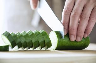 キッチンで料理をする女性の写真素材 [FYI04318012]