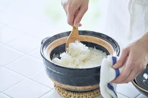 土鍋でごはんを炊く女性の写真素材 [FYI04318051]