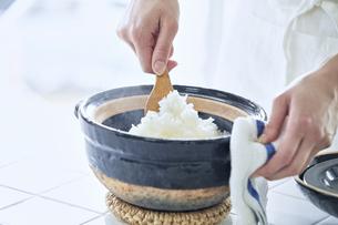 土鍋でごはんを炊く女性の写真素材 [FYI04318052]
