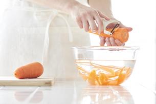 キッチンで料理をする女性の写真素材 [FYI04318064]