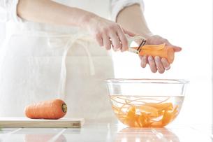 キッチンで料理をする女性の写真素材 [FYI04318069]