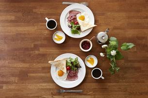食事が並んだダイニングテーブルの写真素材 [FYI04318076]