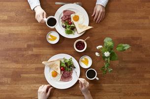 食事が並んだダイニングテーブルの写真素材 [FYI04318077]