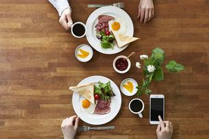 食事が並んだダイニングテーブルの写真素材 [FYI04318078]