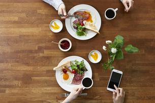 食事が並んだダイニングテーブルの写真素材 [FYI04318079]