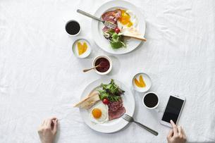 食事が並んだダイニングテーブルの写真素材 [FYI04318080]