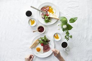 食事が並んだダイニングテーブルの写真素材 [FYI04318081]