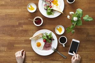 食事が並んだダイニングテーブルの写真素材 [FYI04318082]