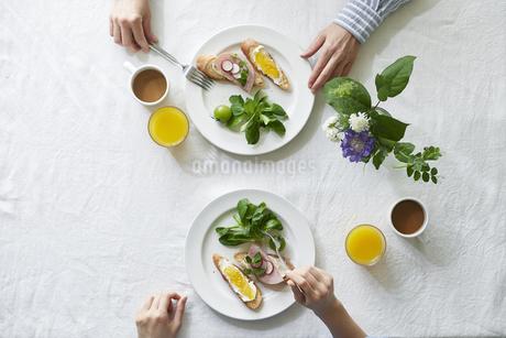 食事が並んだダイニングテーブルの写真素材 [FYI04318086]