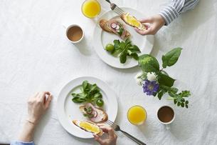 食事が並んだダイニングテーブルの写真素材 [FYI04318088]